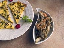 Italiensk kokkonst - omelett och stekt fisk fotografering för bildbyråer