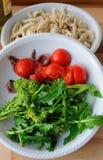Italiensk kokkonst - orecchiette- och rovagräsplaner Royaltyfri Fotografi