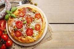 Italiensk kokkonst: pizza med salami Royaltyfria Foton