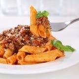 Italiensk kokkonst som äter PA för Penne Rigatoni Bolognese såsnudlar Arkivfoto