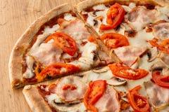 Italiensk läcker ny varm blandning bakad pizza royaltyfri fotografi