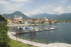 italiensk lake nära by royaltyfri fotografi