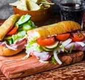 Italiensk landgångssandwich med skinka och grönsaker Royaltyfria Bilder