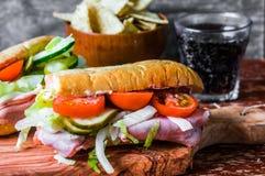 Italiensk landgångssandwich med skinka och grönsaker Arkivfoto