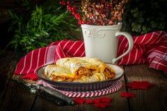 Italiensk lasagne rullar på en platta royaltyfri foto