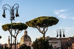 Italiensk lyktstolpe och Trajans kolonn royaltyfria foton