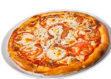Italiensk margheritapizza med tomaten, ost, örter och basilika Isolerat på vit Royaltyfria Bilder