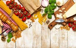 Italiensk mat eller ingrediensbakgrund med nya grönsaker, PA Arkivbilder