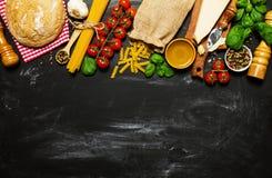 Italiensk mat eller ingrediensbakgrund med nya grönsaker, PA Royaltyfria Foton