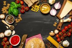 Italiensk mat eller ingrediensbakgrund med nya grönsaker, PA Fotografering för Bildbyråer