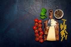 Italiensk mat eller ingrediensbakgrund med nya grönsaker, PA Royaltyfri Bild