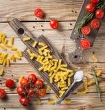 Italiensk mat eller ingrediensbakgrund med nya grönsaker, PA Royaltyfri Fotografi
