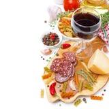 Italiensk mat - isolerade ost, korv, pasta, kryddor och vin royaltyfri bild