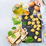 Italiensk mat och ingredienser, handgjord tortellini med spenat och ost Royaltyfri Fotografi
