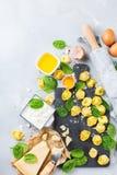 Italiensk mat och ingredienser, handgjord tortellini med spenat och ricotta Arkivfoton