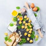 Italiensk mat och ingredienser, handgjord tortellini med spenat och ricotta Arkivbild