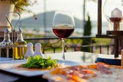 Italiensk mat på den lyxiga restaurangen med en sikt Fotografering för Bildbyråer
