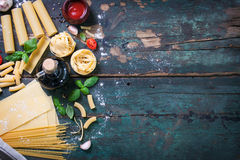 Italiensk matbakgrund med olika typer av pasta, hälsa eller vegetarianbegreppet arkivbilder