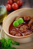 Italiensk matlagning - köttbollar med basilika Fotografering för Bildbyråer