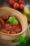 Italiensk matlagning - meatbollar med basilika Royaltyfri Bild