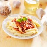 Italiensk maträtt med pennepasta Arkivbilder