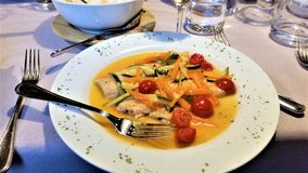 Italiensk matställe av fisken och färgrika grönsaker Royaltyfria Bilder