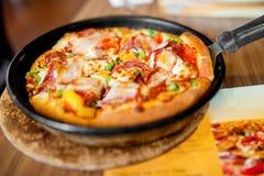 Italiensk matställe med pizza och nya ingredienser Arkivbilder