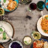 Italiensk mattabell, mellanmål och vin med kopieringsutrymme Fotografering för Bildbyråer