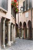 Italiensk medeltida gata, en gammal byggnad, loppbegrepp Royaltyfri Fotografi