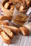 Italiensk närbild för för mandelbiscottikakor och vin vertikalt Royaltyfri Foto