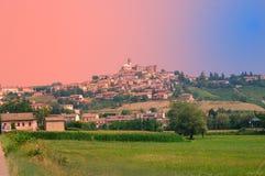 italiensk nordlig typisk by Arkivfoton