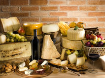 Italiensk ost med rött vin Royaltyfri Fotografi