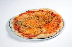 Italiensk ost- och tomatpizza. Arkivfoton