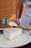 Italiensk ost på den lokala marknaden Arkivfoton