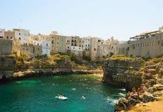 Italiensk panorama: Polignano en liten stad för sto på klippor på Adriatiskt havet, Apulia, sydliga Italien arkivbild