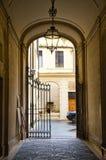 Italiensk passage med porten arkivbilder