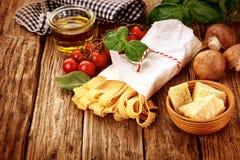 Italiensk pasta för matlagning i ett lantligt kök arkivbild