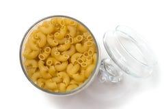 Italiensk pasta i en glass behållare med ett lock Royaltyfri Foto
