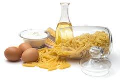 Italiensk pasta i en glass behållare med ett lock Royaltyfri Fotografi