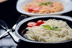 Italiensk pasta i stålplattan royaltyfri fotografi
