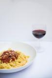 Italiensk pasta med en kopp av vin Arkivbilder