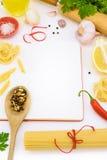 Italiensk pasta med grönsaker och champinjoner på den tomma anteckningsboken Royaltyfria Foton