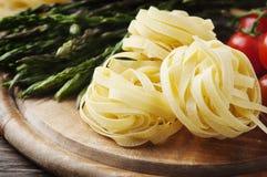 Italiensk pasta med rå sparris arkivfoton