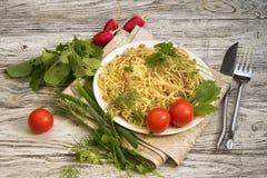 Italiensk pasta och gr?nsaker i bunke arkivfoto