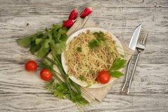 Italiensk pasta och gr?nsaker i bunke arkivfoton