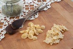 Italiensk pasta på trätabellen Arkivfoto