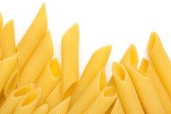 Italiensk pasta på vit bakgrund Arkivbild