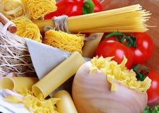 italiensk pasta pepprar röda tomater Fotografering för Bildbyråer