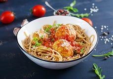 italiensk pasta Spagetti med köttbullar och parmesanost arkivfoton