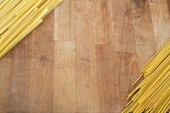Italiensk pasta, spagetti på trätabellen Arkivbilder